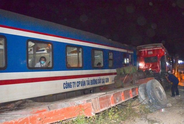 4 toa tàu hỏng nặng sau vụ va chạm với container