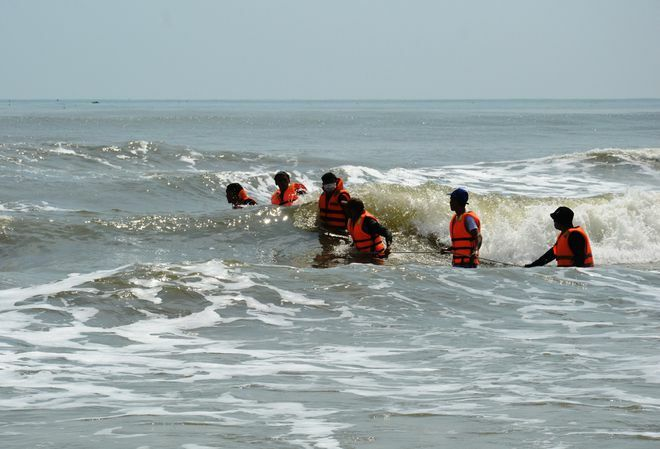 Học sinh đuối nước, nhân viên nhà hàng lao xuống biển cứu, mất tích: Tìm được thi thể