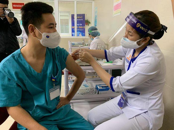 Thứ trưởng Bộ Y tế: Tiêm vắc xin phòng COVID-19 đến đâu đảm bảo an toàn đến đấy