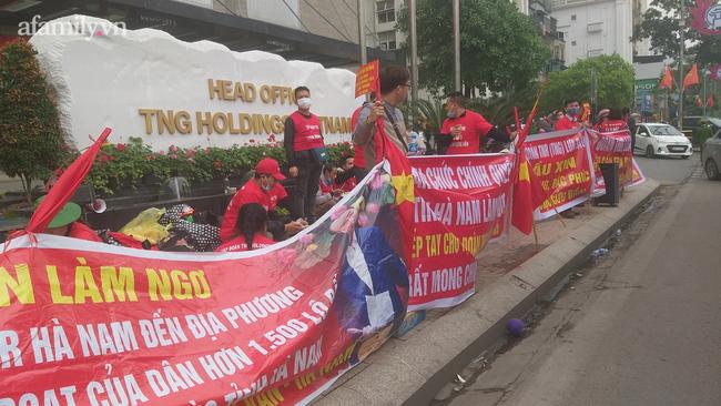 """Khốn khổ vì đã đóng đủ tiền cho chủ đầu tư mà dự án vẫn """"đắp chiếu"""", hàng trăm người dân bức xúc kéo đến trụ sở TNR Holdings Vietnam đòi quyền lợi"""