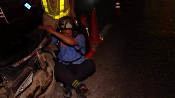 Tài xế quá say xỉn, CSGT phải đưa về nhà bằng… xe cứu thương