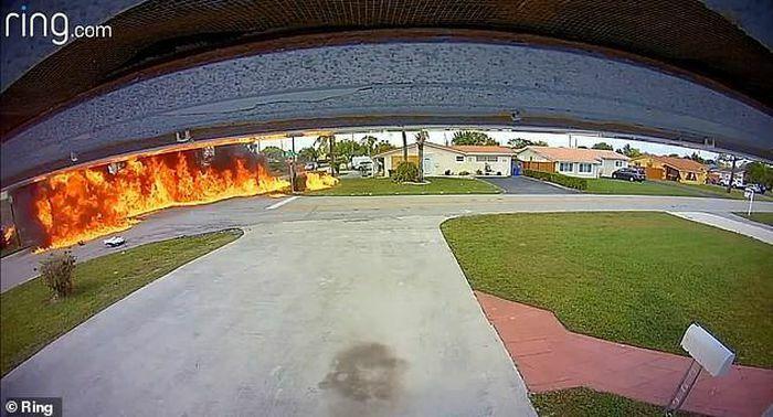 """Khoảnh khắc hãi hùng máy bay rơi trúng ôtô, biến thành """"quả cầu lửa"""""""