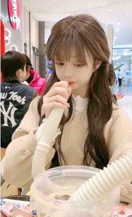 Hotgirl bị chỉ trích gay gắt vì uống sữa bằng ống xả nước máy giặt
