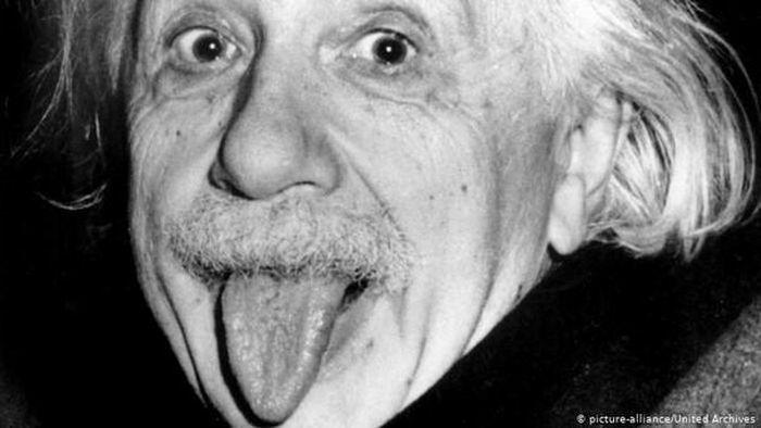 """Chuyện ít biết về bức ảnh """"thè lưỡi"""" để đời của thiên tài Albert Einstein"""