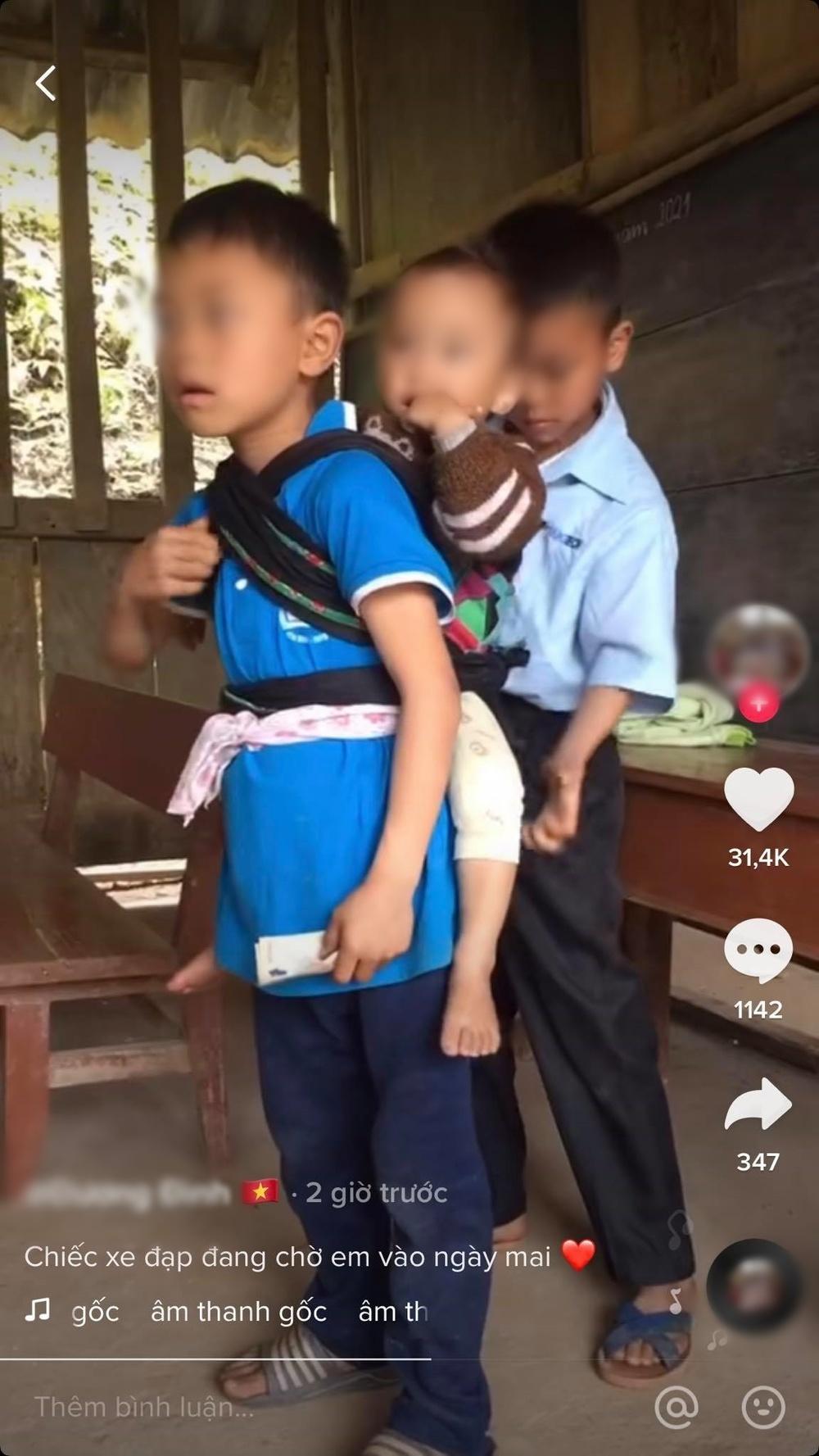 Hai anh lớn địu em út vượt đèo cùng đến trường học
