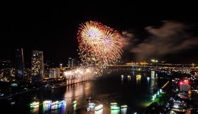 Dòng sông ánh sáng hút khách du ngoạn Đà Nẵng về đêm
