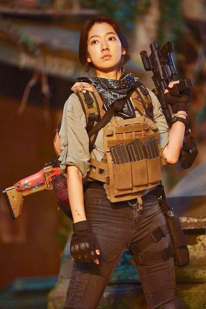 Park Shin Hye trong Sisyphus: Tạo hình chiến binh cool ngầu nhưng khẩu cây súng lại rất đáng yêu