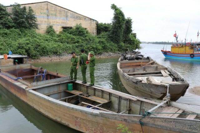 """Quảng Bình: Phát hiện, bắt giữ 2 thuyền """"rút ruột"""" lòng sông Long Đại"""