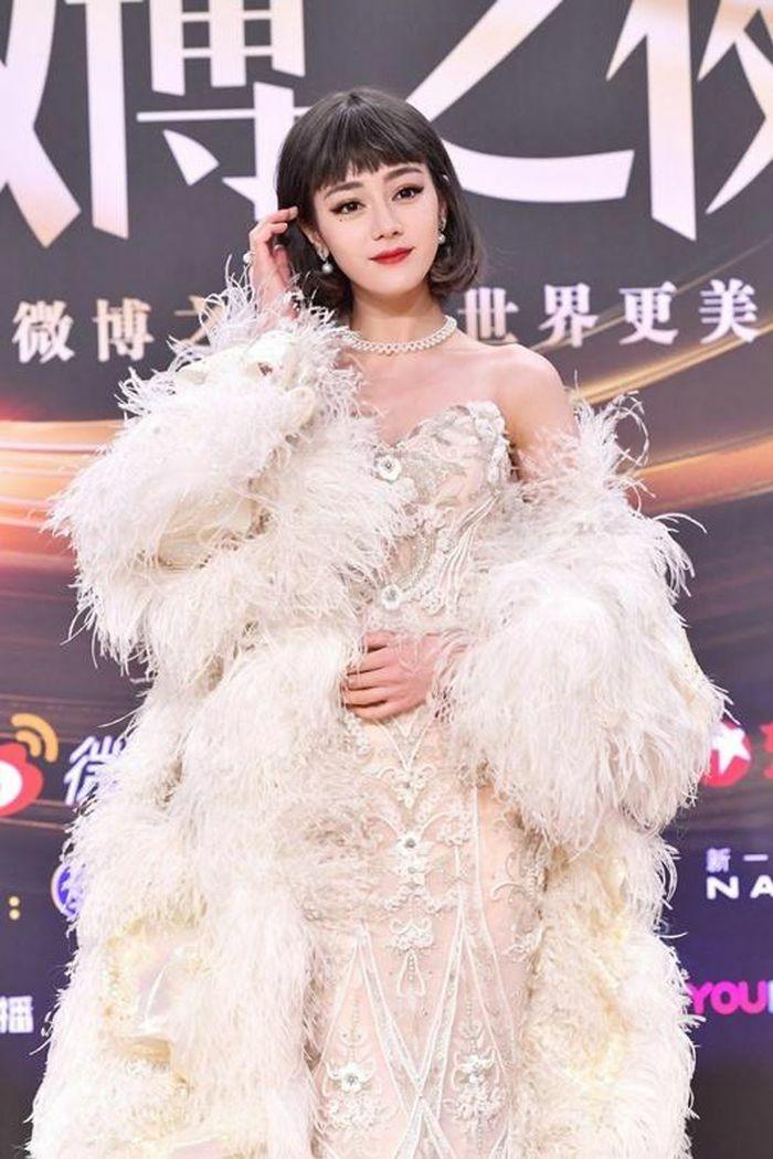"""Địch Lệ Nhiệt Ba """"càn quét"""" thảm đỏ Đêm hội Weibo với 2 tạo hình kinh diễm khác biệt"""