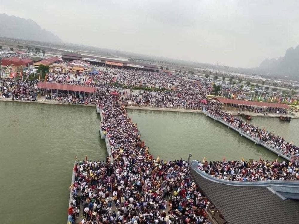 """""""Biển người"""" đông nghẹt đổ về ngôi chùa lớn nhất thế giới ngày cuối tuần bất chấp dịch COVID-19"""
