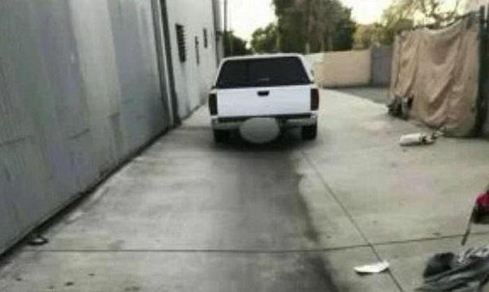 Đến kiểm tra chiếc xe đỗ ngang ngược, người đàn ông hốt hoảng báo cảnh sát vì cảnh kinh hãi bên trong