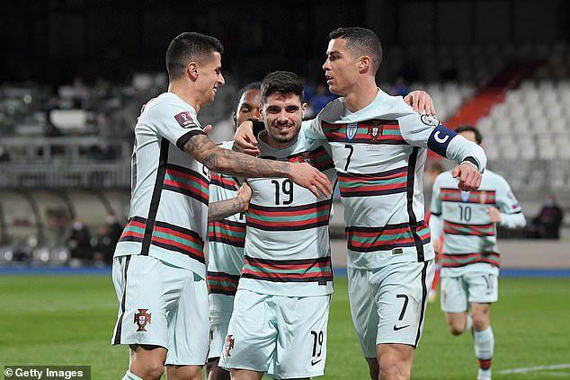 """Ronaldo """"thông nòng"""", HLV Bồ Đào Nha khen nức nở"""