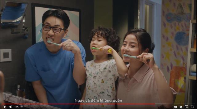 Cả nhà cùng nhau đánh răng đúng cách mỗi ngày để hình thành thói quen tốt cho trẻ