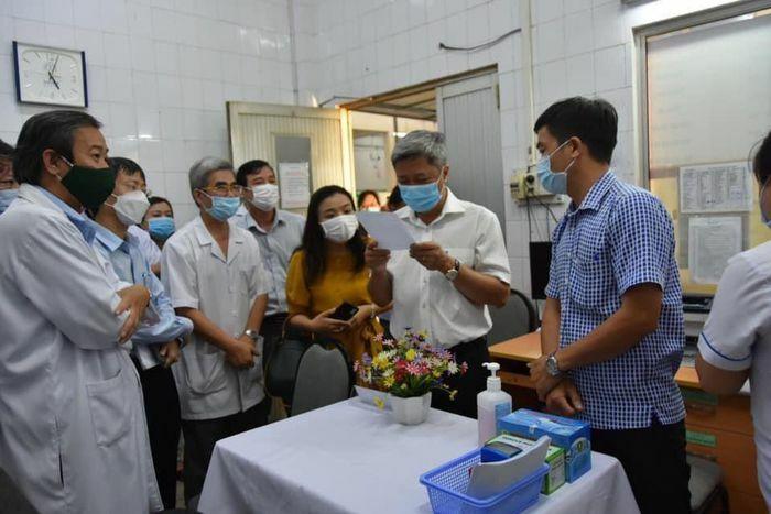 Thứ trưởng Nguyễn Trường Sơn kiểm tra công tác chuẩn bị tiêm Vaccine COVID-19 tại Bệnh viện Bệnh Nhiệt đới TP.HCM