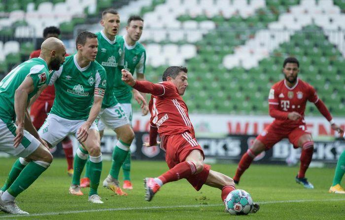 Lewandowski trở thành chân sút vĩ đại thứ 2 trong lịch sử Bundesliga