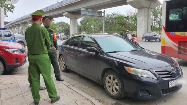 Hà Nội: Tài xế đỗ xe giữa ngã tư để ngủ, bị nhắc nhở liền xô xát với CSGT