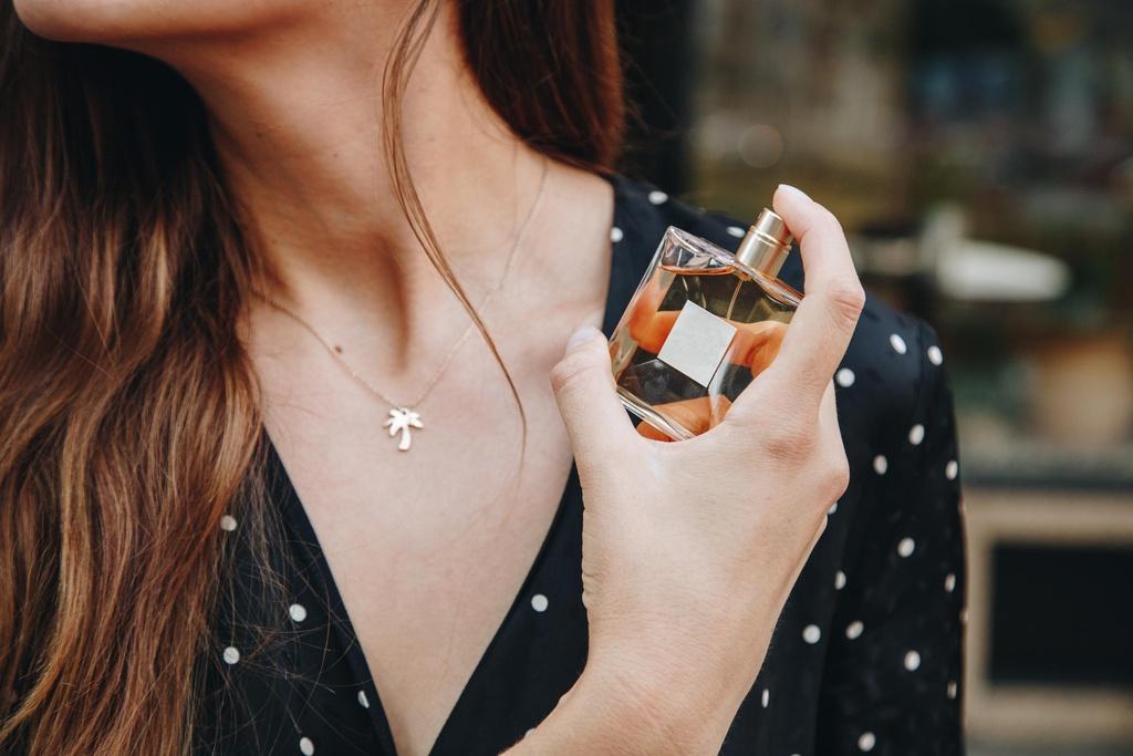 Vì sao cùng một chai nước hoa lại có nhiều mùi khác nhau?