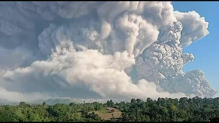 Indonesia: Núi lửa phun cột khói bụi cao 5.000 mét