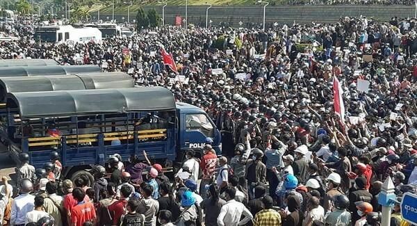 [ẢNH] Loại chiến đấu cơ nào của Myanmar vừa xuất hiện trên đầu người biểu tình?