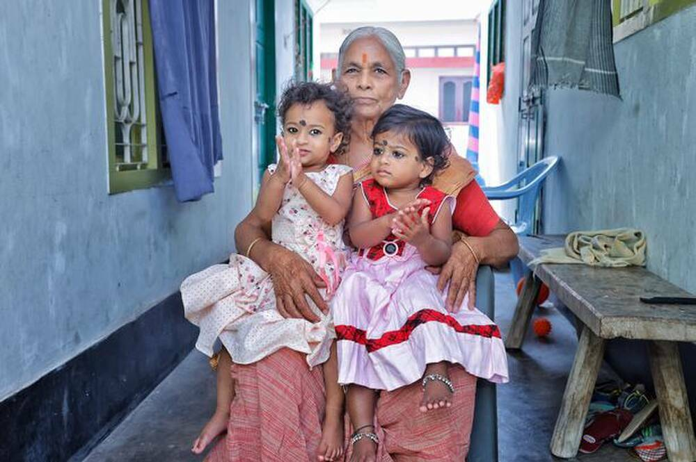 Cuộc sống của cụ bà sinh đôi ở tuổi 73, chồng qua đời sau 1 năm được làm bố