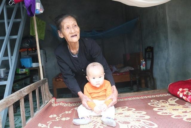 """Cụ bà Quảng Bình nhanh chân chạy lũ: """"Có nhà ni gia đình tui thoát chết"""""""