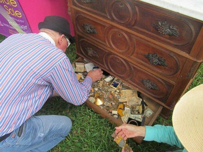 Cụ ông mua tủ 300 năm sốc nặng khi nhìn vào ngăn kéo chật kín vàng ròng