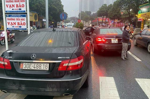 """Vụ 2 xe Mercedes trùng biển số """"chạm mặt"""" nhau ở Hà Nội: Diễn biến mới nhất"""