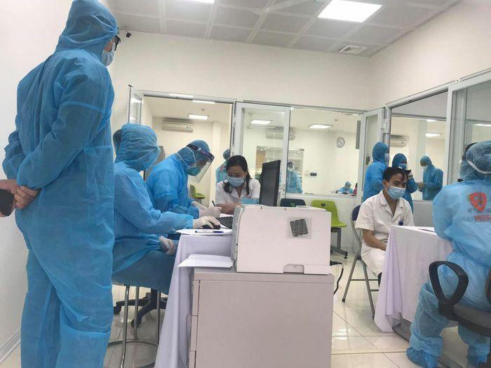 Những mũi vaccine COVID-19 đầu tiên được tiêm cho y bác sĩ tuyến đầu chống dịch