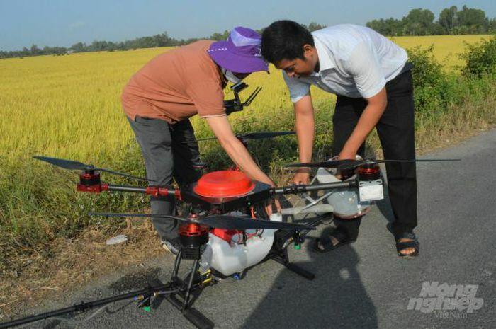Thành lập tổ dịch vụ sử dụng máy bay không người lái phun thuốc BVTV