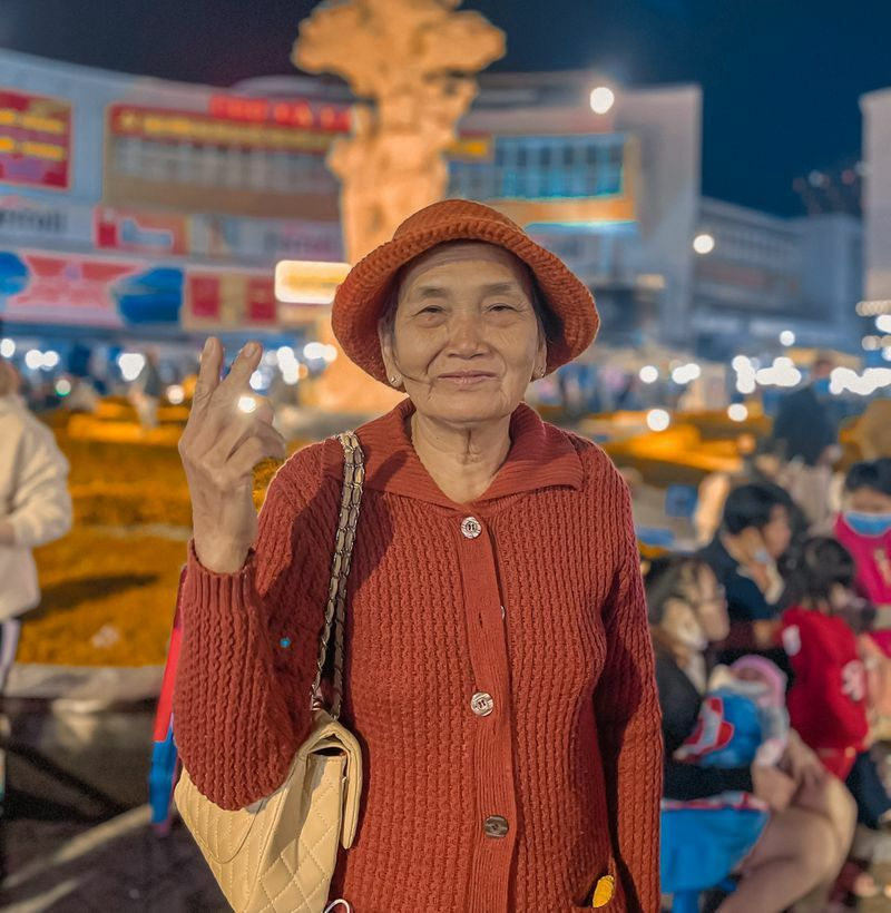 60 năm bạn thân rồi sui gia, 2 cụ bà gây sốt với bộ ảnh Đà Lạt