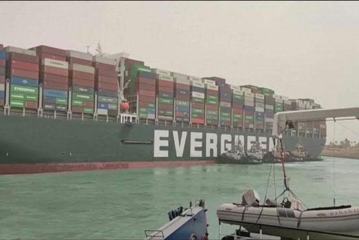 """""""Siêu tàu"""" Ever Given vẫn mắc kẹt, nhiều tàu chuyển hướng khỏi kênh đào Suez"""