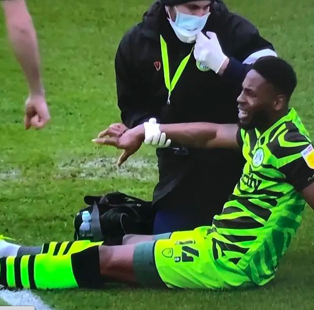 Kinh dị: Cầu thủ gãy 4 ngón tay sau một pha va chạm