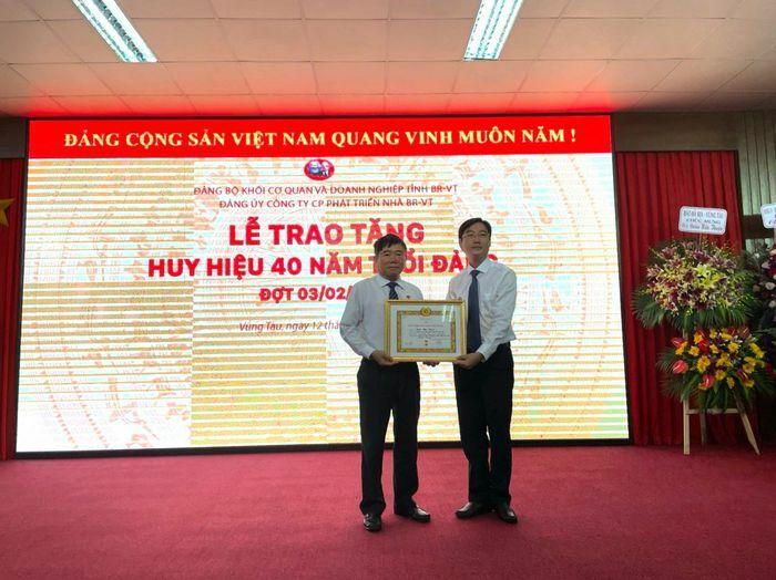 Trao Huy hiệu 40 năm tuổi Đảng