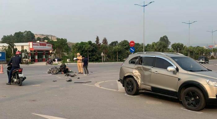 Ô tô tông xe máy lúc sang đường trên QL18, hai người bị thương