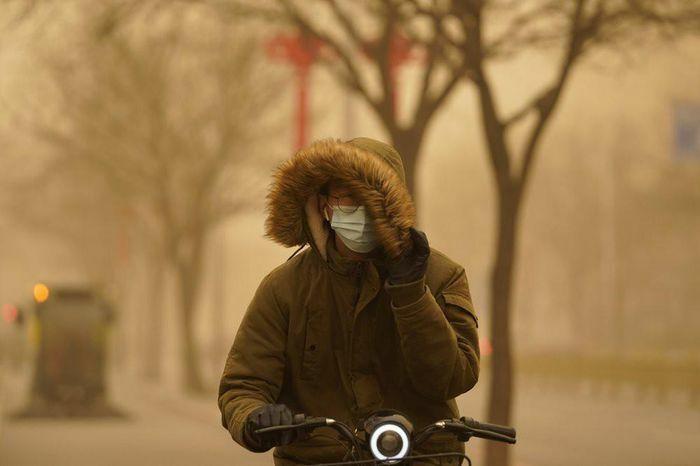 """Bão cát ở Trung Quốc: Trời chuyển vàng bất thường, nhà chọc trời """"biến mất"""""""
