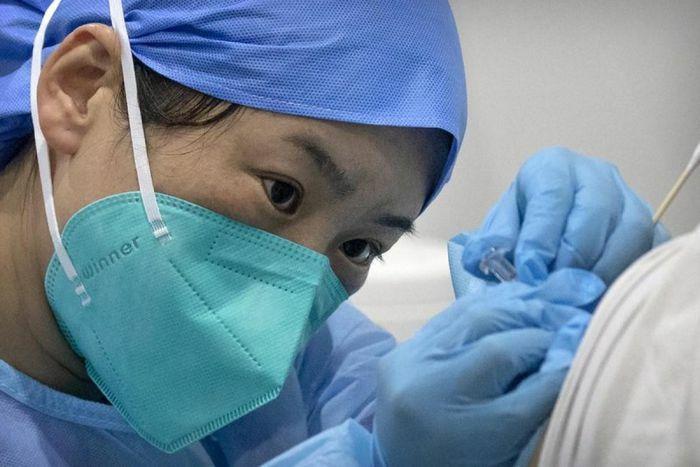 Một nhân viên xét nghiệm Trung Quốc mắc Covid-19 sau khi tiêm vaccine