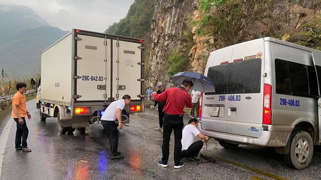 """Xe khách mắc kẹt trên đường đèo, hàng loạt tài xế dừng lại giải cứu: Hình ảnh nhận """"bão like"""" trên MXH"""