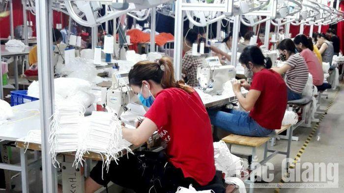 Công nhân Công ty Smart Shirts Garments Manufacturing Bắc Giang đi làm trở lại