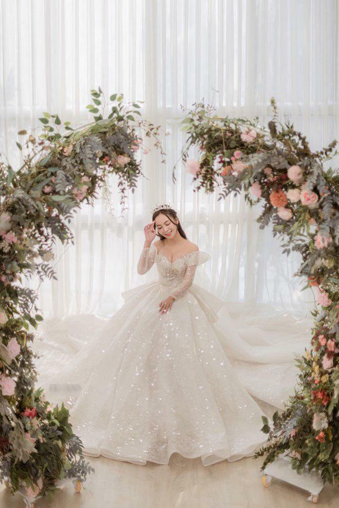 Mỹ Ngọc Bolero mặc váy cưới khủng đính 80.000 viên pha lê, 1 viên kim cương