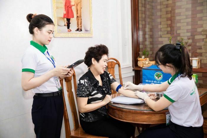 Bác sỹ Bệnh viện Đa khoa TP Vinh tận tình chăm sóc người bệnh tại nhà