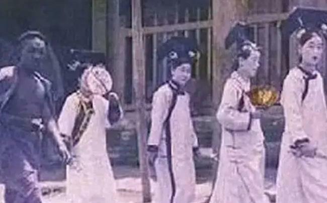 Bí ẩn nhóm cung nữ không mặt đột nhiên xuất hiện ở Tử Cấm Thành giữa mưa bão