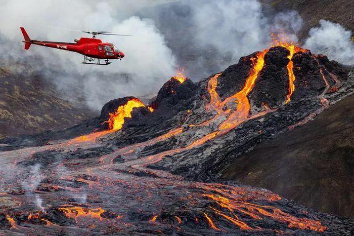 """Cảnh tượng núi lửa 6.000 năm tuổi """"thức giấc"""" sau hơn 40 ngàn trận động đất"""