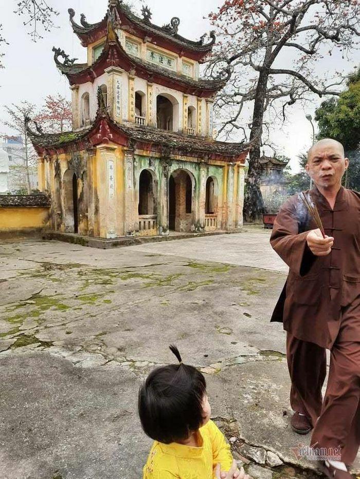 """Trụ trì chùa Hưng Khánh cầm nhang đuổi bé gái, """"nhiều năm nay không thể uốn nắn"""""""