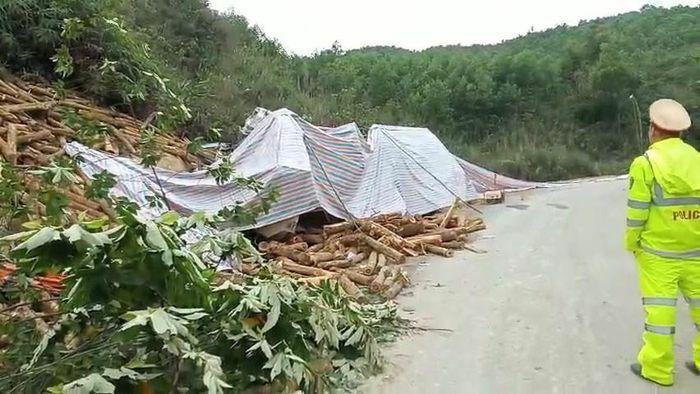 Hiện trường xe tải đâm vào vách núi khiến 7 người tử vong