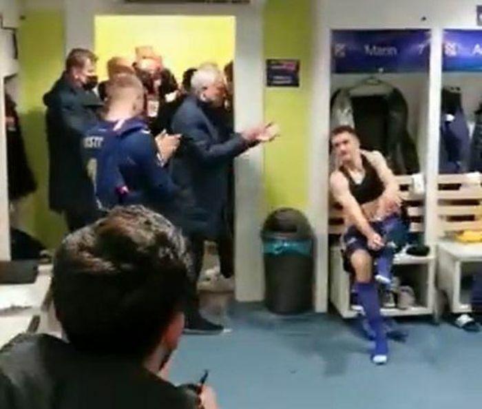 Mourinho vào phòng thay đồ chúc mừng đối thủ