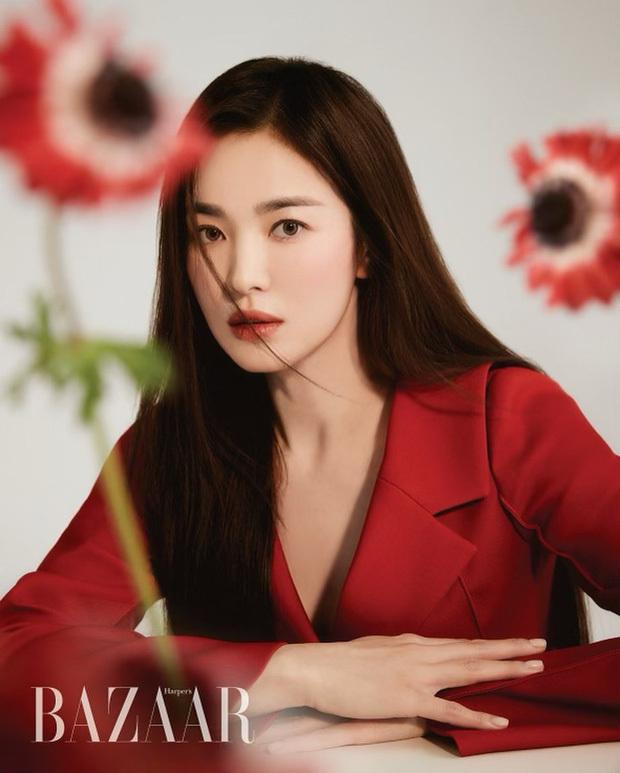 """Mật báo Kbiz: Song Hye Kyo cặp kè đại gia Hong Kong, Park Seo Joon yêu nữ thần Hậu Duệ Mặt Trời, """"bóc"""" cả list nhóm nhạc bắt nạt"""