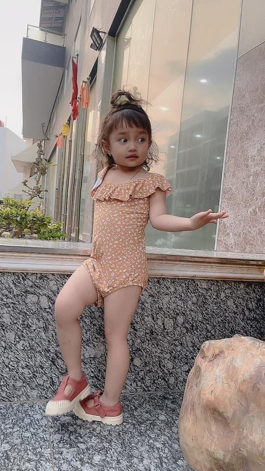 Con gái Lê Dương Bảo Lâm ngày càng điệu đà, tạo dáng e ấp như thiếu nữ