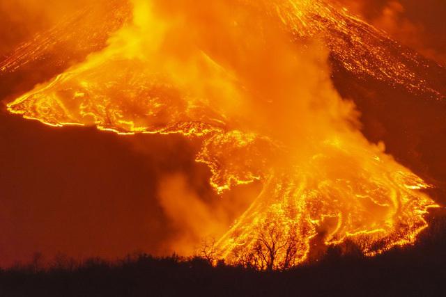 Tro bụi đen đặc từ núi lửa cao nhất châu Âu