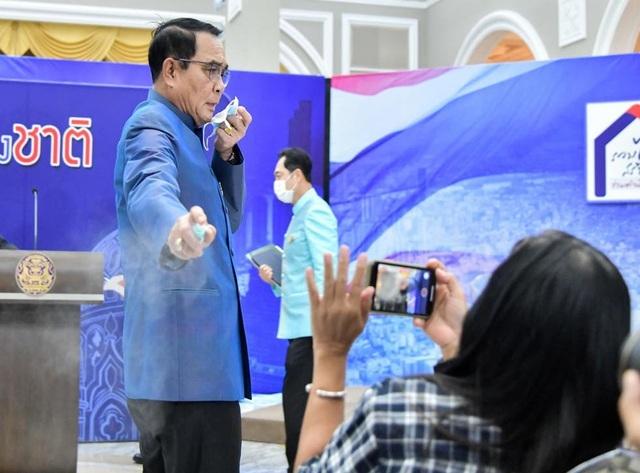 Thủ tướng Thái Lan xin lỗi vì xịt nước sát khuẩn vào phóng viên