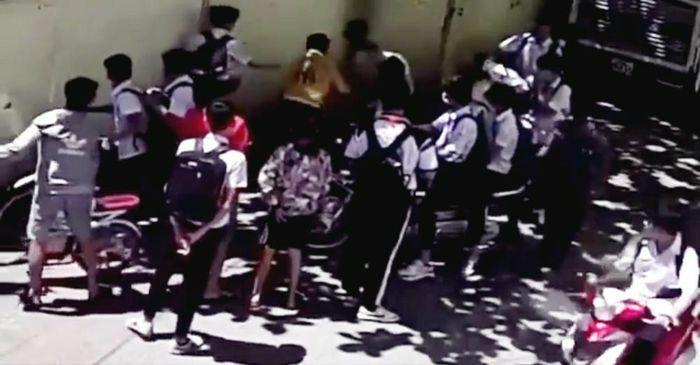 Nam sinh lớp 8 bị đánh hội đồng ngay gần cổng trường khi vừa tan học